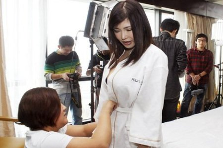 Japanese AV set beind the scenes makeup prep